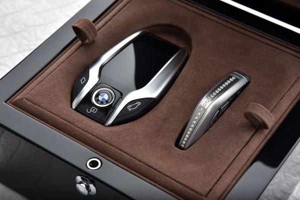 kluczyki bmw w kufrze